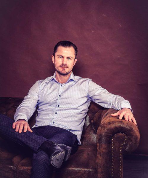 Geschäftsführer Alexander Kromm sitzt auf der Couch