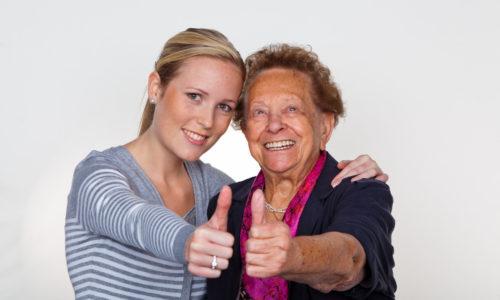 Junge Dame besucht Großmutter
